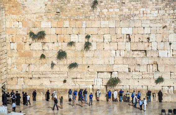 Multitudes de personas rezando en el Muro Occidental en el barrio judío de la ciudad vieja de Jerusalén, Israel. © kpzfoto / Alamy Stock Photo