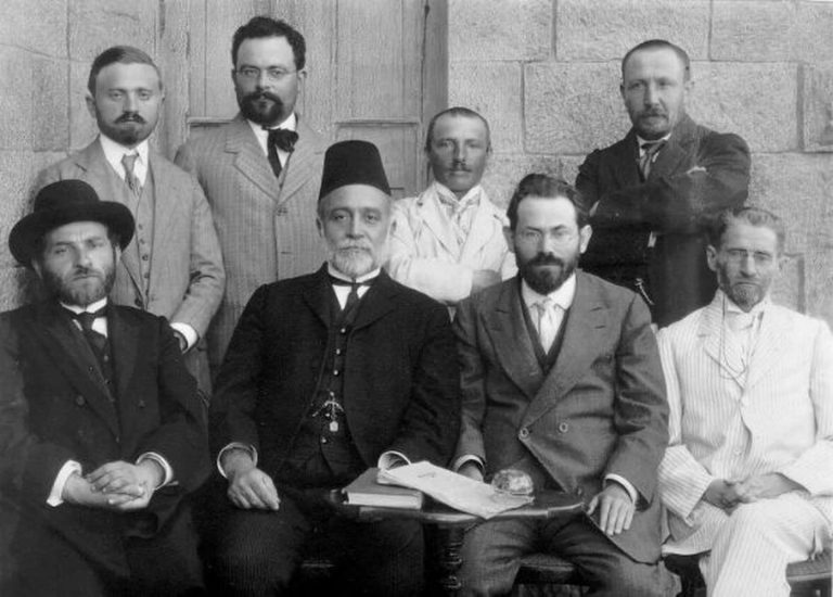 Primer Comité de la Lengua Hebrea, Jerusalén 1912 / © La Colección David B. Keidan de Imágenes Digitales de los Archivos Sionistas Centrales (vía la Biblioteca de la Universidad de Harvard)