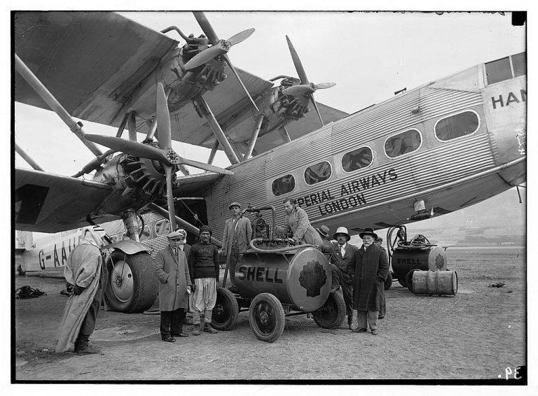 Avión de la Imperial Airways cargando Nafta - Mar de Galilea.