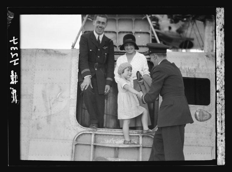 La pequeña Miss Pamela Cross ayudada por los oficiales de vuelo en uno de los vuelos que aterrizó en el Mar de Galilea