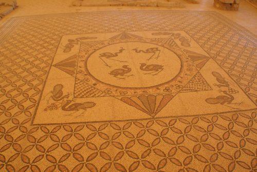 Mosaico decorativo en la ciudad antigua de Ein Gedi